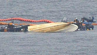 臨時制限区域内で海上保安庁の船が接近し転覆した抗議船(中央)=28日午前11時27分、名護市辺野古沖