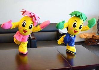 テーマソングに合わせて踊るパピマル(右)とピーチのロボット=15日、沖縄タイムス社