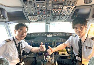出発前のコックピットに乗り込むJTAの機長・嘉陽宗章さん(左)と副操縦士の竜太郎さん=20日、那覇空港