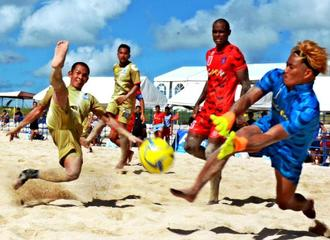 決勝 ソーマプライア-フュージョン 第3ピリオド、ソーマの上原朋也(左)がゴールを狙い飛び込む=トロピカルビーチ(新垣亮撮影)
