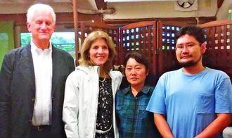 新垣製陶所を訪れた、ケネディ駐日大使(左から2人目)。壺屋の伝統的な陶芸作品に感銘を受けていたという(新垣順子さん提供)