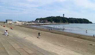 江の島(奥)近くの海岸。今夏は海水浴場の開設が見送られた=5月、神奈川県藤沢市