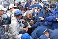 辺野古新基地:シュワブゲート前で座り込み、県警が排除 「暴力をやめろ」