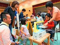 木のぬくもりに笑顔 工芸品の人気上々 沖縄ウッディフェア