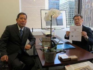 ワシントン事務所の開設許可証を掲げる翁長雄志知事(右)と駐在員の平安山英雄参事監=31日、米ワシントン