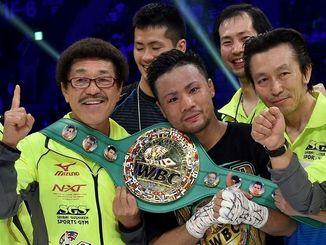 WBC世界フライ級新王者となった比嘉大吾(中央)は具志堅用高会長(左)らとポーズをとって喜ぶ=20日、東京・有明コロシアム(金城健太撮影)