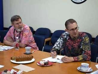 真剣な表情で講義を聞くロバート・ケプキー在沖米国総領事(右)と広報担当のリチャード・ロバーツ領事=9日、浦添市の在沖米国総領事館