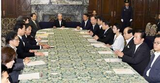 国会内で開かれた参院選の制度改革を巡る参院各会派の代表者懇談会。中央は伊達参院議長=14日午前