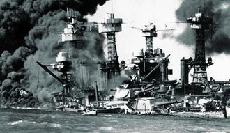 日本軍の真珠湾攻撃で炎上、沈む米戦艦(ロイター=共同)