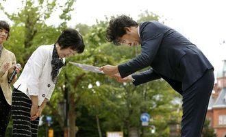 北海道の高橋はるみ知事(左)から特別「福」知事の辞令を受け取る大泉洋さん=28日午後、札幌市中央区