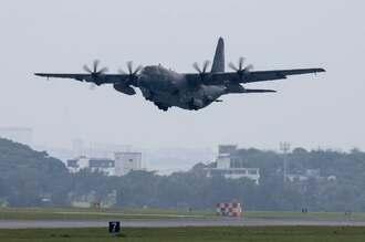嘉手納基地を離陸するAC130J攻撃機=16日午後0時50分ごろ、嘉手納基地(読者提供)