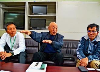 記者会見する「県通訳ガイド有志の会」共同代表の(左から)金成局さん、金城節さん、西田金市さん=10日、県庁
