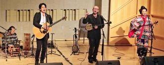 ミュージック・フロ厶・ジャパンで沖縄の音楽を届けた新良幸人さん(右から2人目)、下地勇さん(同3人目)ら=2月、ニューヨーク市内(写真・ken Howerd)