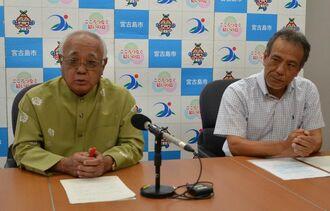 高齢者らの移動手段確保のため、タクシー業界への支援を発表する下地敏彦市長(左)と県ハイヤータクシー協会の下地隆之副会長=21日、宮古島市役所