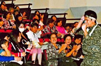 来場者を笑わせながら、講演したじゅん選手(右)=26日、金武町・中央公民館