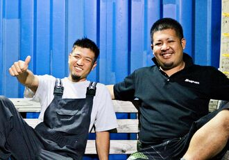 笑顔を見せる新川翔さん(左)と兄の翼さん=10月27日、中城村内