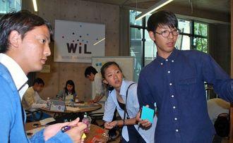 沖縄らしいサービスメニューなどを議論する琉球フロッグス生ら=18日、米シリコンバレー・WiL社