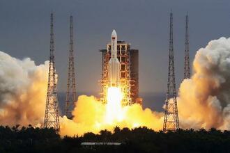 打ち上げられる大型ロケット「長征5号B」=4月(新華社=共同)