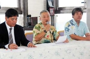 NPO設立に向けて記者発表する江川ゲンタさん(中央)=ホテル共和