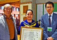 全国入賞「うれしい」/作文コン 宮里さんに表彰状