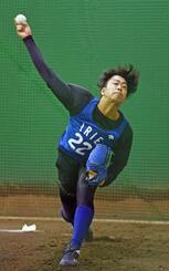 ブルペンで投球練習するDeNA・入江=神奈川県横須賀市(代表撮影)