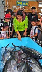 パヤオまつりでにぎわう売店。近海で取れたメバチマグロが並んだ=29日、沖縄市の泡瀬漁港