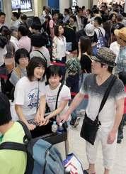 GWを沖縄で過ごした人たちの帰省ラッシュで、保安検査場前に長蛇の列ができた=5日午前、那覇空港