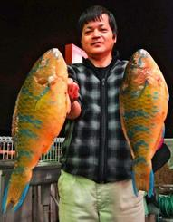 安田漁港で45.5センチ、1.5キロのアーガイを釣った外間修さん=9日