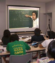 オンライン双方向授業で東大生から学ぶ与那国島の子供たち(同社提供)
