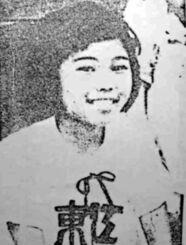 東江小学校高学年で陸上部だった頃の筆者。名護湾の砂浜でも練習し、自他共に認めるウーマク(おてんば)だった