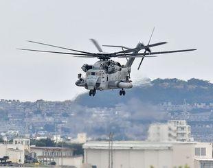 飛行訓練を再開した米軍のCH53E大型輸送ヘリ
