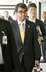 日米防衛相の会談が行われる会場に向かう河野防衛相=18日、バンコク(共同)