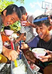 流しそうめんを楽しむ子どもたち=8月28日、南風原町・学童クラブわんぱく家(田嶋正雄撮影)