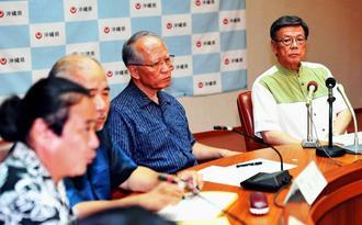 会見で弁護士の説明を聞く翁長雄志知事(右)=7日、県庁