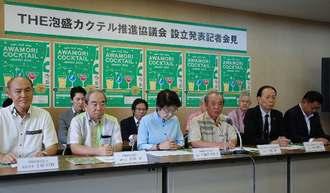 沖縄を代表する泡盛カクテルの公募を発表する大城勤会長(前列右から3人目)=2日、県庁
