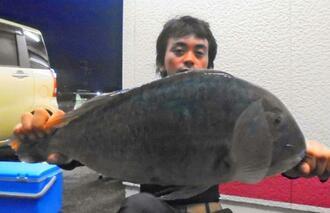 石川海岸で53.6センチ、3.12キロのマクブを釣った爆釣妄想賊の新垣優紀さん=10日