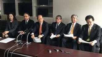 山城博治氏の即時釈放を求める声明を発表する照屋寛徳衆院議員(左から3人目)ら=18日、沖縄県庁記者クラブ