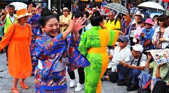 ライブイベント出演者と観客が一緒にクイチャーを踊る=那覇市・ぶんかテンブス館前広場