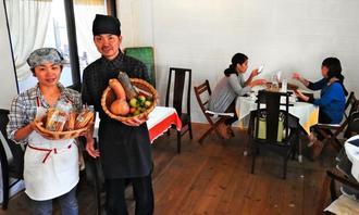 廃棄される野菜を見るのが苦痛で「全部使いたい」と細かな調理の工夫を重ねる新城康弘さん(左から2人目)と妻の絵利奈さん(左端)=読谷村渡慶次