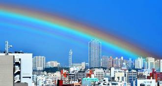新都心上空に架かった虹=12日午後2時12分、那覇市久茂地から撮影(下地広也)