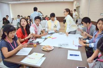 それぞれのテーマについて話し合う参加者たち=29日、那覇市の県市町村自治会館