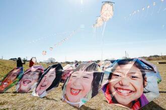 被災した子どもたちの笑顔を印刷した傘(手前)とたこ=7日午前、仙台市若林区