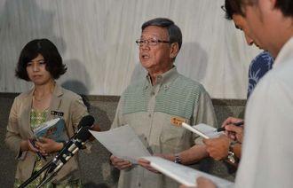日米首脳会談を受け、記者団の取材に応じる翁長雄志知事(中央)=沖縄県庁