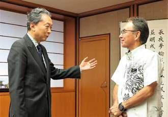 玉城デニー知事(右)の激励に訪れた鳩山由紀夫元首相=22日、県庁