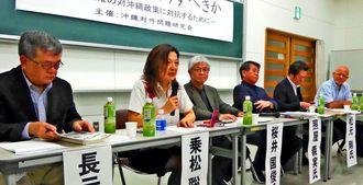 安倍政権に対し、「沖縄はどうすべきか」を議論するパネリストら=1月28日、那覇市の沖縄大学