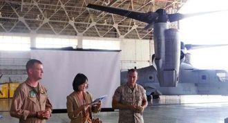 MV22オスプレイについて説明するクリストファー・デマース少佐(左)ら米軍担当者=10日午後、宜野湾市の普天間飛行場