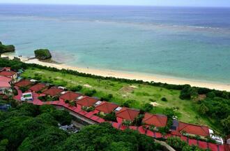 現在の同じ場所。県に無断で防潮保安林を伐採し(中央の緑地)利用している宿泊施設(6月撮影)