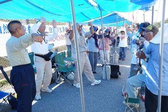三線の音色に合わせカチャーシーを踊る人たち=17日午前11時10分ごろ、名護市辺野古の米軍キャンプ・シュワブゲート前