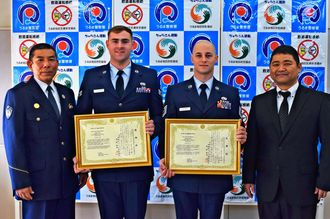 うるま署の與儀淳署長(左端)から感謝状を受け取った在沖米空軍嘉手納基地所属のアルゴ・ジェイソン・セサリオ4世さん(右から二人目)とジャスティン・ジェロム・カネンバーグさん(同3人目)=1月28日、うるま署