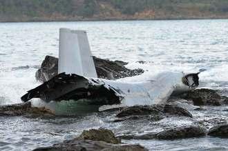 海上で漂流する墜落したオスプレイの機体の一部=14日午前7時55分、名護市安部の海上(古謝克公撮影)